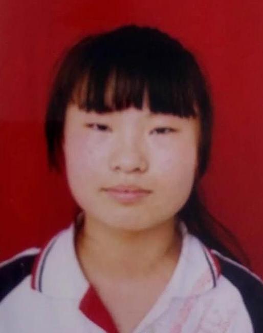 山东女孩李敏 女  15岁 与家人吵架后离家出走至今未归,出走时拎着深绿色行李箱。