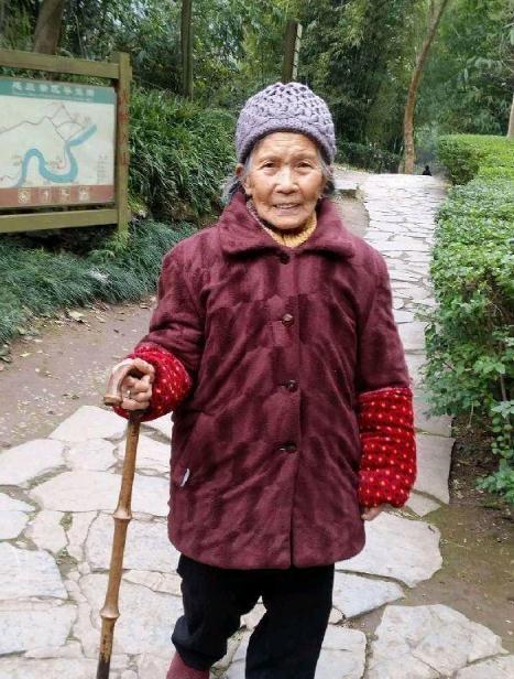 急寻重庆88岁老人杵拐杖走失,老人患有阿尔茨海默症